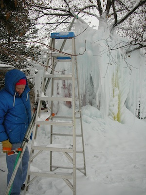 Dee Crouch, ice sculptor, at work